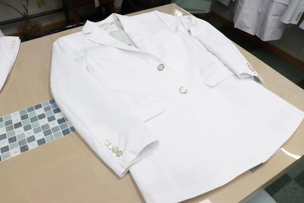 スーツテーラーメード技術を盛り込んだ贅沢な逸品。台場仕立て、ペンポケット、着丈など、こだわりを追求している「イルパリオ ドクターコート」(税抜3万1900円、メンズ)