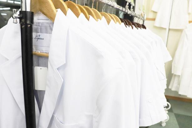 店内にはさまざまな白衣がズラリ