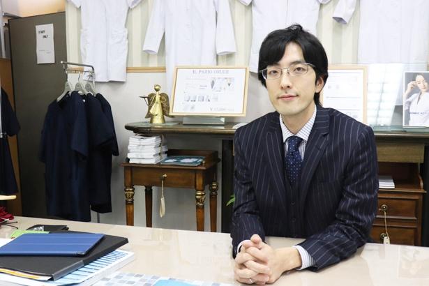 医学部合格者数が日本一ともいわれる東海高校出身の井藤さん(株式会社YRS代表)。気心の知れた友人ドクターからの声を受けて、おしゃれな白衣の企画製作を始めた