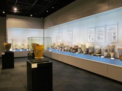【写真を見る】未公開の土器や装飾品が一堂に会する