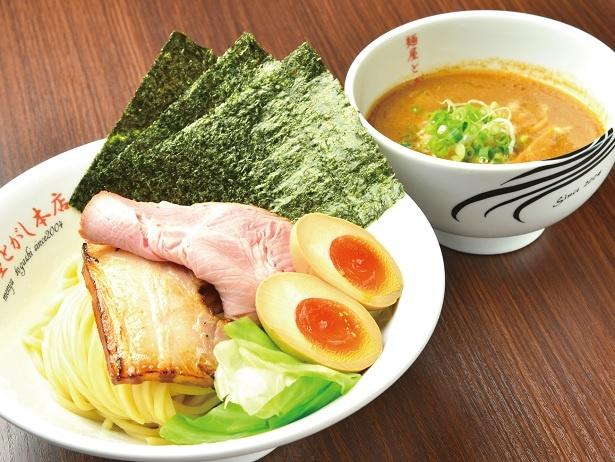 【写真を見る】驚きの弾力の自家製麺を濃厚スープで楽しむ。とがしの濃厚つけ麺(白)1050円