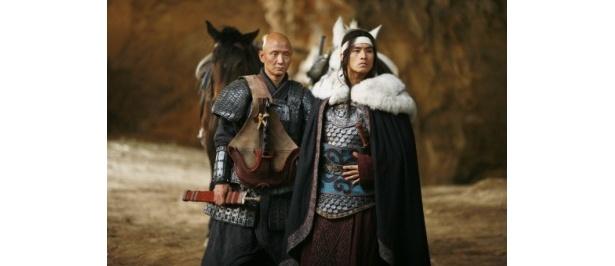 """韓国の俳優ユ・スンジュン(右)が""""衛""""の捜索隊を率い、将軍の命を狙う"""
