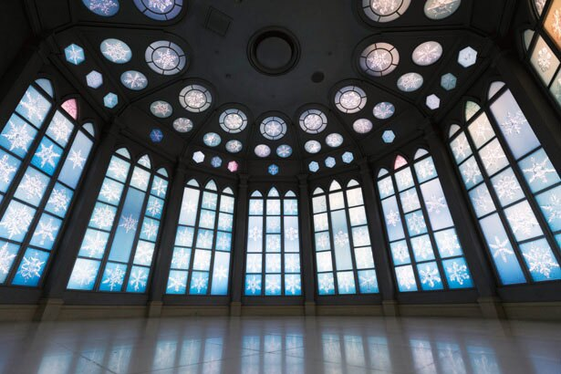 約200種類もの結晶の写真を壁面に展示したクリスタル・ミュージアム。写真映えスポットとしても人気を集める