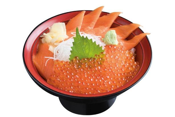 ウニ、イクラ、ボタンエビなどを盛り付けた海鮮丼(3000円)。ミンククジラ、タラバガニの外子といった珍味も味わえる