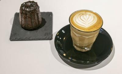 【写真を見る】MODOO'S COFFEE BREWERS / 「ピッコロラテ」(手前・500円)、「カヌレ」(奥・450円)