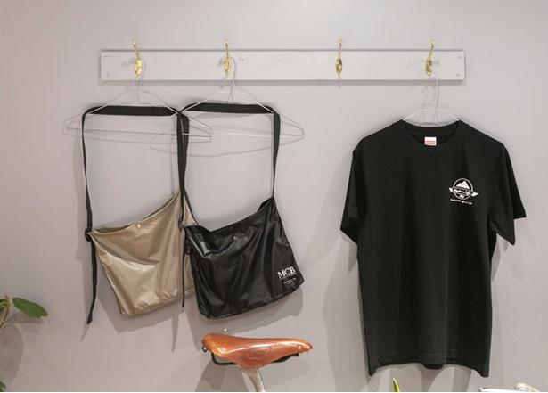 MODOO'S COFFEE BREWERS / 「オリジナルTシャツ」(3800円)のほか、ナイロン素材の「サコッシュ」(各4000円)も人気