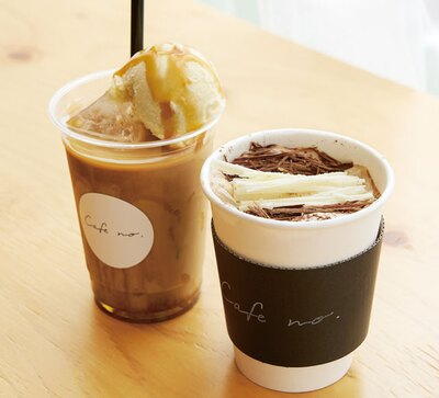 Cafe no. FUKUOKA / 「ブロンコラテ」(手前・600円)、「キャラメルバニララテ」(奥・600円)