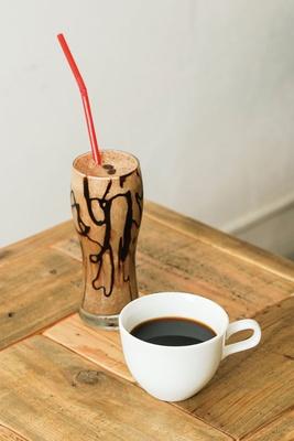 HARU COFFEE / 「ドリップコーヒー」(手前・450円)、「エスプレッソバナナスムージー」(奥・600円)