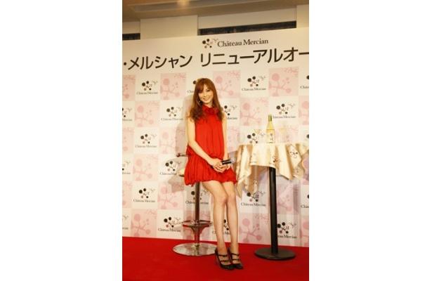 ワインアンバサダーを務める押切もえが鮮やかな赤いドレスで登場