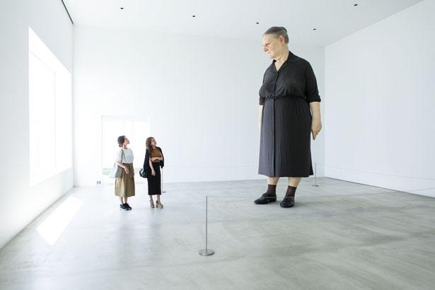 ロン・ミュエク《スタンディング・ウーマン》。巨大な彫刻作品に圧倒される!