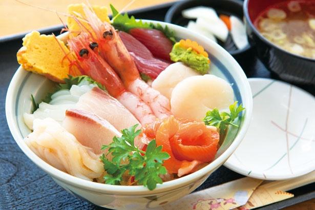 【写真を見る】「秋田谷鮮魚店」のおまかせ(500円)をのせたのへ丼。迷ったらこれ!