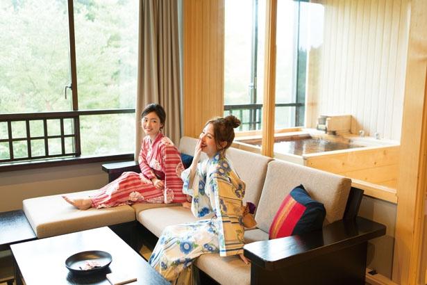 客室「あずまし 半露天風呂付」。南部裂織(さきおり)のクッションなど伝統工芸品にも注目