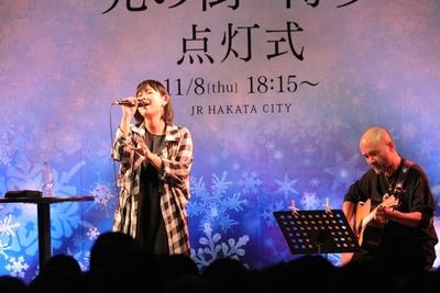 【写真を見る】集まったファンの前で歌声を披露するシンガーの「絢香」