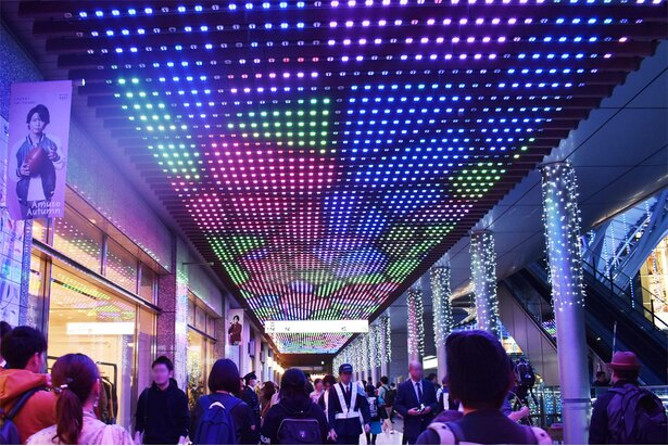 今年初の取組み「LED SKY WALK」。天井には様々な映像が流れる