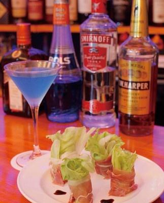 「バー アクアマリン」(恵比寿)は、今年5月にオープンした青の照明が落ち着いた雰囲気のバー。