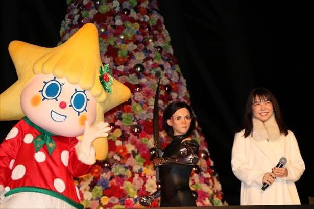 【写真を見る】アリータの等身大フィギュアとソラカラちゃんも一緒に撮影!