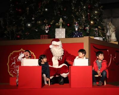 泣いちゃう子どもに、サンタクロースがヨシヨシしてる場面も