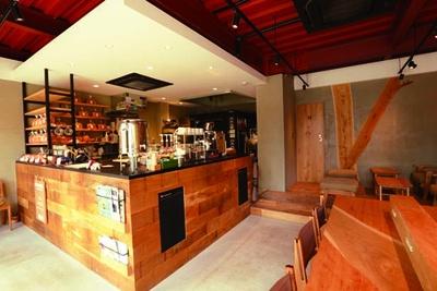 カフェスペースを併設。くるみ(1斤500円)など4種の食パンが並ぶ/CARABINA BREAD STAND