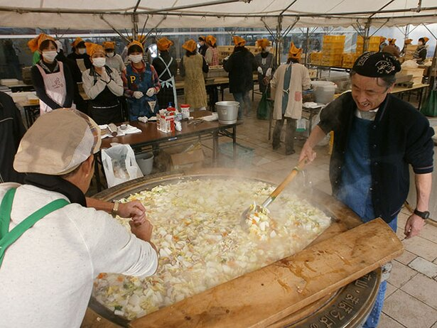 【写真を見る】大きな鍋で造られる里いも汁は寒い季節に嬉しい一杯