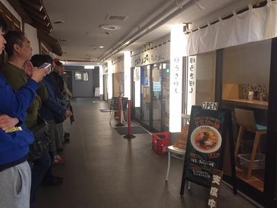 初日は10分前で10人待ち。出足は少し遅かったが、開店後15分で満席になった