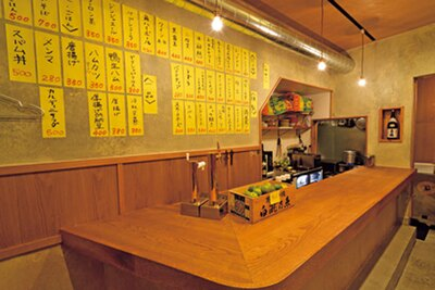 清潔感のある店ながら、立ち飲みカウンターのみ、メニューは壁、というザ立ち飲みな雰囲気がたまらない/マルキュー食堂