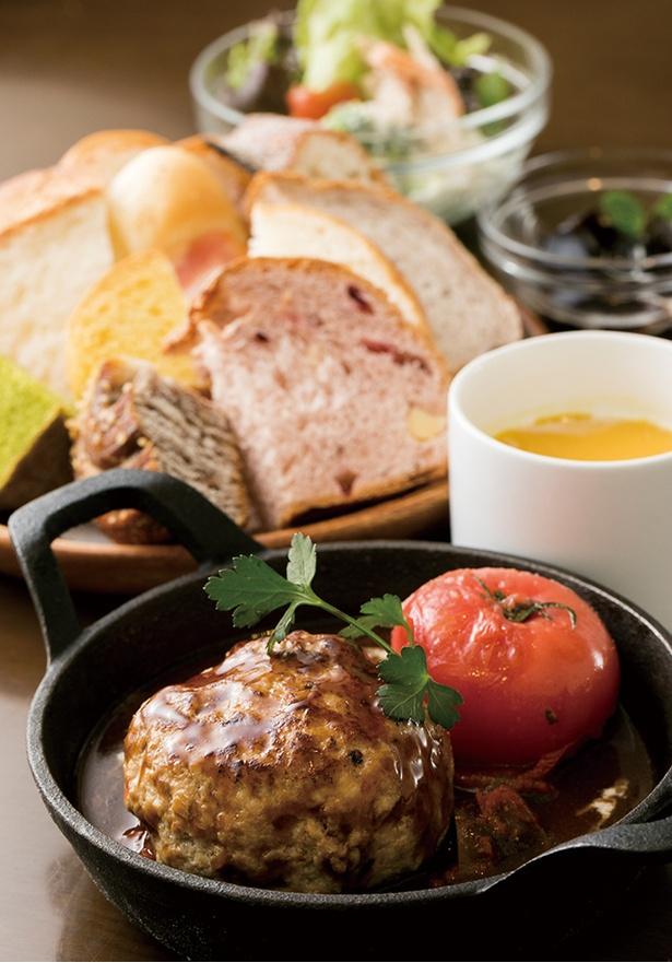 「BREAD&DISHES MUGINOKI」の「糸島産雷山豚100%の煮込みハンバーグ」(1580円)。約15〜20種類のパンが120分食べ放題!