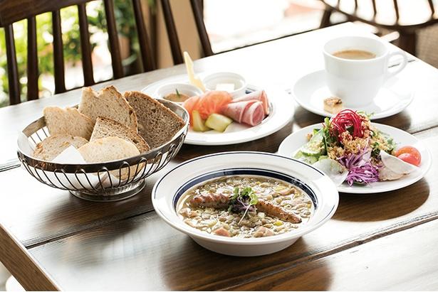 「ドイツパンとワインの店 リープリング」の「スープランチ」(1250円)。パンの盛り合わせ、パンのトッピング、本日のスープ、サラダ、ドリンクがセット