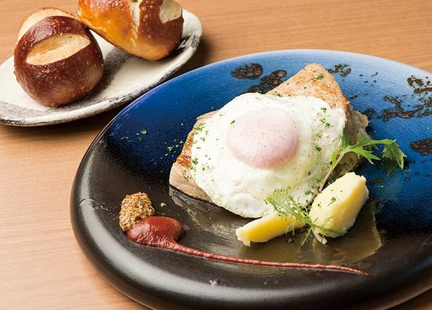 【写真を見る】「ドイツレストラン シュタット マインツ」の「Aランチ」(1290円)。メイン、サラダ、パン、コーヒー付き。本場ドイツの味が楽しめるセットだ