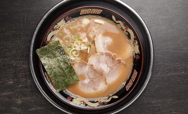 【写真を見る】風来軒 加納本店 / 「豚骨ラーメン」(700円)。とろみのある濃厚な豚骨スープ