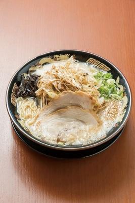 虎乃神 / 「ネギこってりラーメン」(930円)。20時間炊き込んだ、豚骨100%の味わい深い濃厚スープ