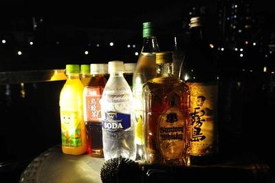 コースは飲み放題付き。ビールや焼酎、ウイスキーなどのアルコールに加え、ソフトドリンクもそろう