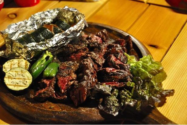 肉はA4ランクの国産牛。あらかじめレアに焼いてくれているので、あとは自分好みに焼き上げて食べればいい