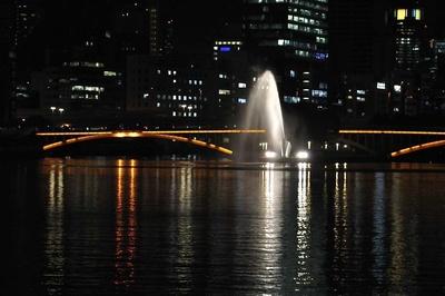 船上からは大阪の名所も眺められる。写真は中之島・剣先の噴水。噴水の時間に合わせてそばを通ってくれる心遣いがうれしい。そのほか大阪市中央公会堂や大阪城なども見える