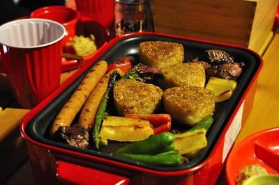 あらかじめ調理された料理はホットプレートで加熱して、アツアツが食べられる。締めの焼きおにぎりは肉の脂を吸っておいしさがアップする