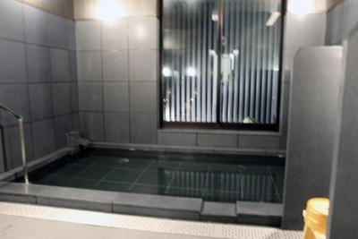 【写真を見る】モダンな雰囲気が魅力の大浴場(写真は女性大浴場)