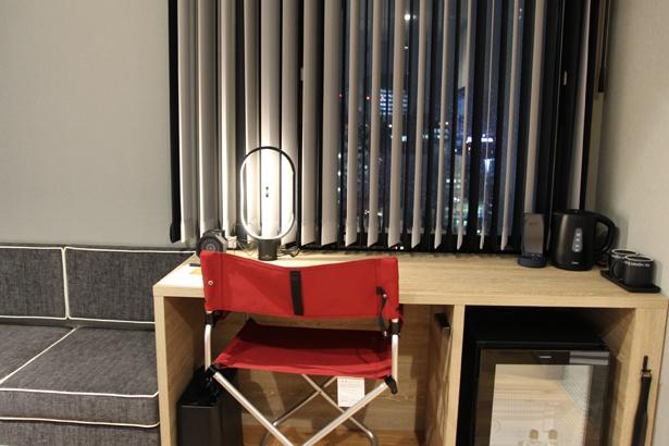 赤いアウトドア用チェアが、インテリアにアクセントを加える客室も