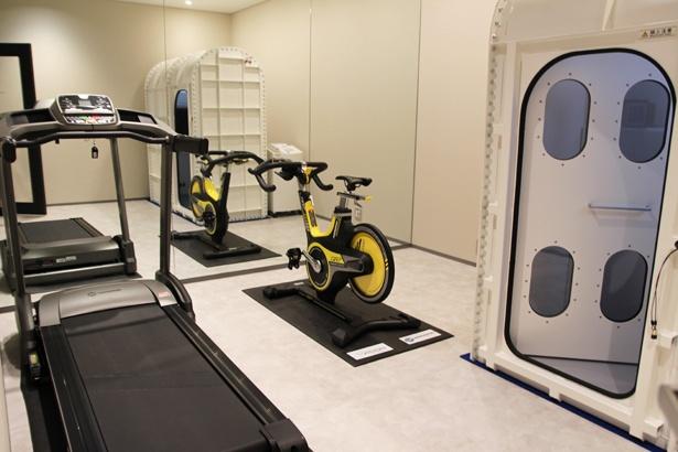 フィットネスルームには、数人で利用できるタイプの酸素カプセルもある