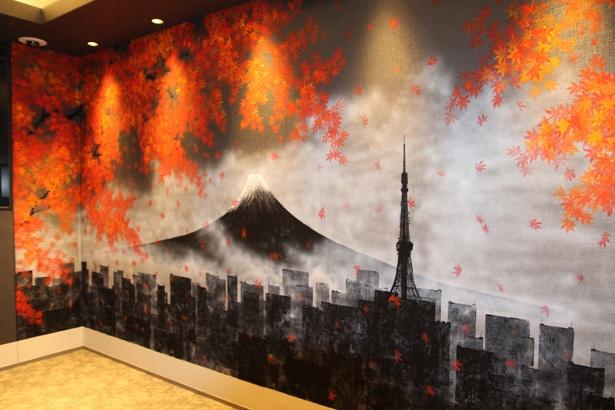 大浴場がある2階のエレベーターホールを彩る壁画。富士山や紅葉で日本らしさを演出