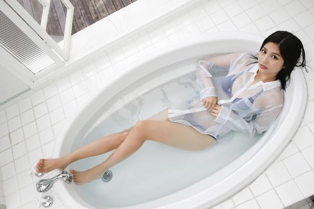 【写真を見る】林ゆめがワイシャツを着たままお風呂へ「普通に水着を着ているよりセクシー」な姿を見せる