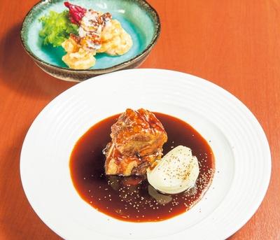 黒酢の酢豚 玉葱添え(1200円、手前)、海老と飴だきクルミのマヨネーズソース(1300円、奥)/神戸中華 うえばやし