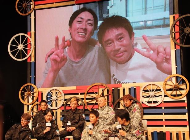 【写真を見る】いい笑顔!浜田雅功と矢部浩之、食事の席で肩を抱いてニッコリ!