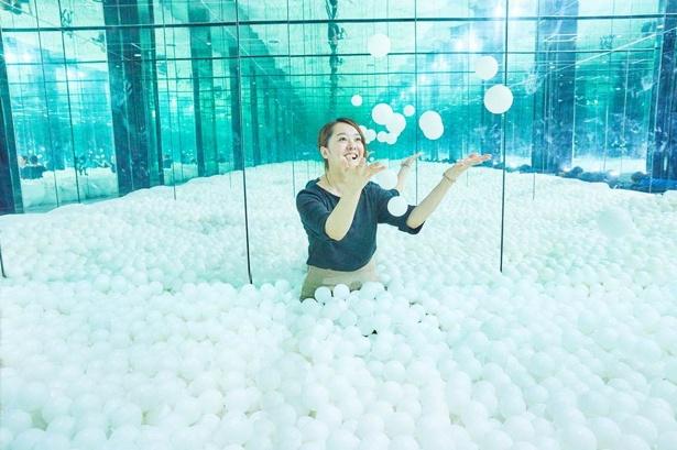 子どもも大人も楽しめる、雪にみたてたフォトジェニックなボールプール