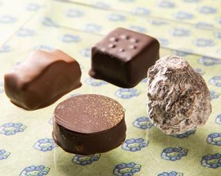 豊富な種類の「ショコラ・ファン」(1個200円)は約20種。左から時計回りに「ミエル」、「キャメル」、「グランマルニエ」、「パレ・ドール」