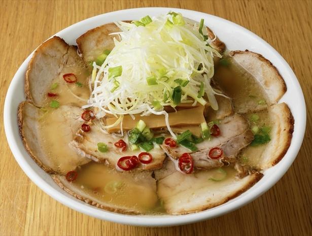 【画像を見る】「麺や 壱虎」の肉そば塩は、チャーシューが丼を埋め尽くす