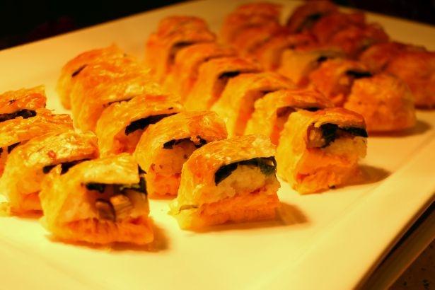 【写真を見る】シェフが特に力を入れて作る「サーモンのパイ包み焼き」!