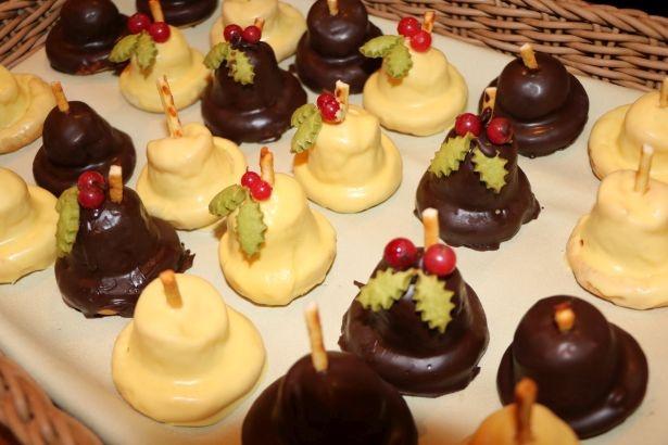 ホワイトチョコとチョコの2種類で展開するキュートな「ストロベリークリームブレッド」