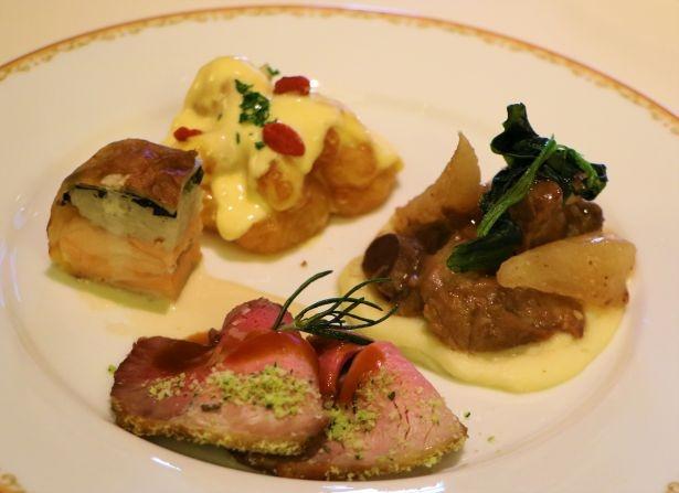 左の「サーモンのパイ包み焼き」は、サーモンの上にゴボウとホウレンソウのリゾットをのせた2層仕立て