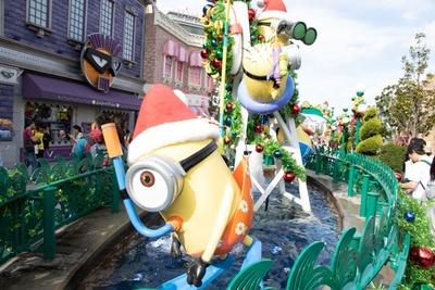 【写真を見る】人気のミニオンパーク中央にある、いつもの噴水もクリスマスバージョンに!