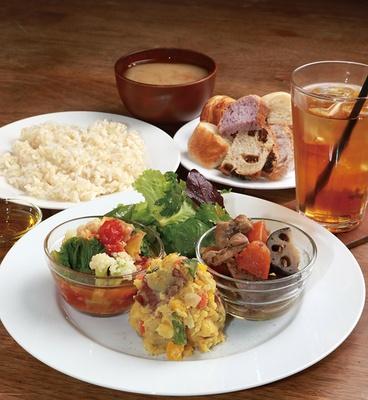 「デイライトキッチンオーガニック」の「デリプレートランチ」(1200円)。日替りのデリ3種類にご飯や味噌汁などが付きボリュームも満点