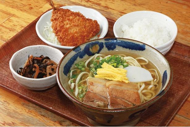 「沖縄そばランチ」(900円)。アジフライや日替りの小鉢付き。カツオダシの風味と太めの麺がイケる!